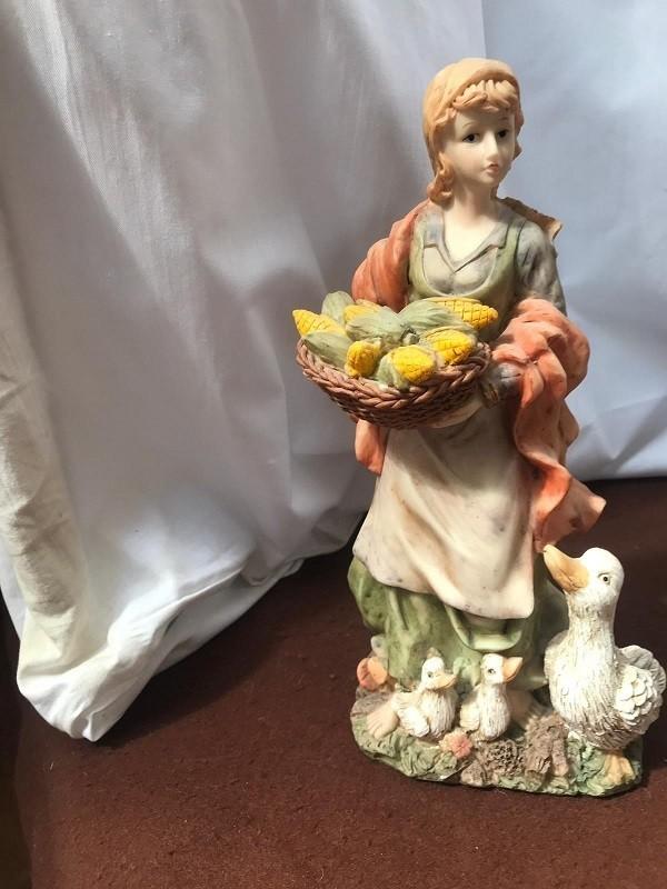 Statuetta in ceramica di donna in raccolta