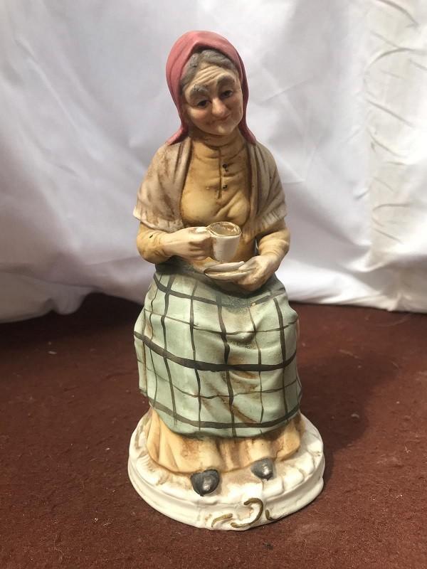 Statua di Anziana di Capodimonte