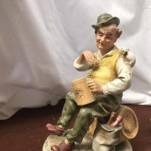 Statua di anziano con botte