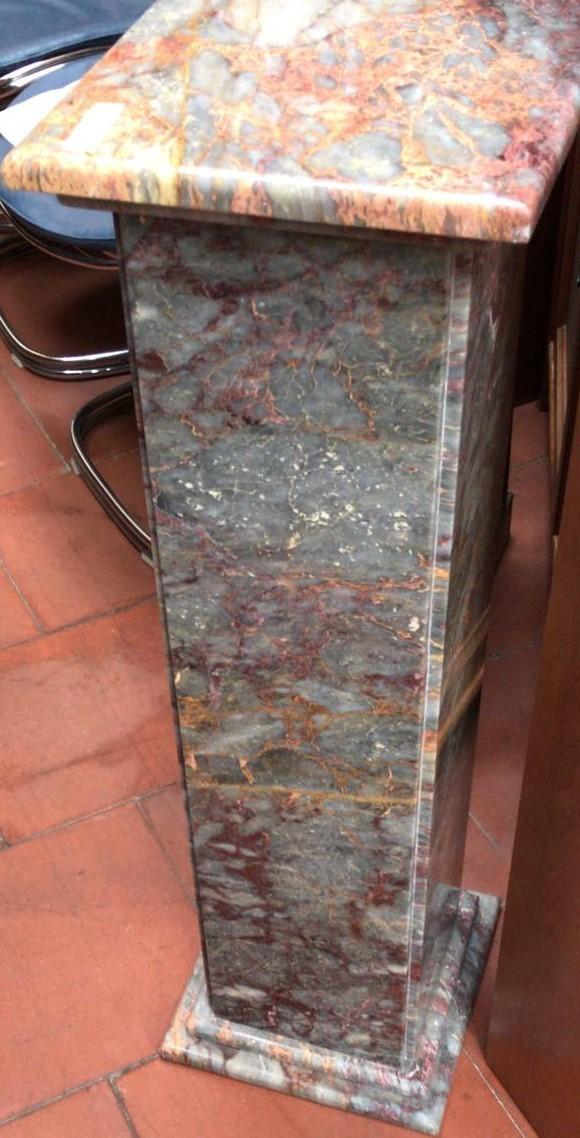 Colonna di marmo grigio