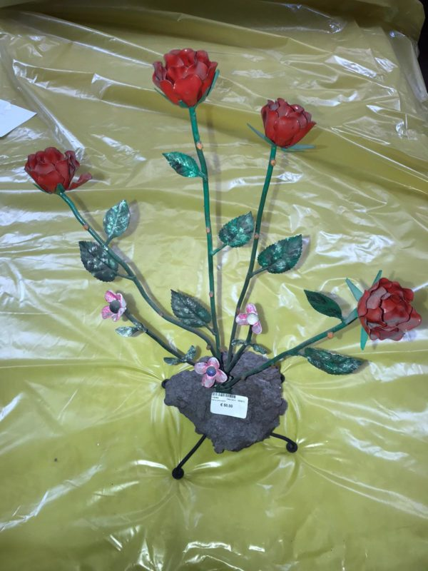 Rose su pietra lavica