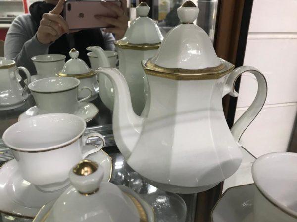 Servizio da tè in porcellana bianca